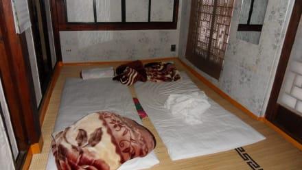 koreanisches schlafzimmer schlafen auf dem boden hotel kaes ng minsok folk. Black Bedroom Furniture Sets. Home Design Ideas