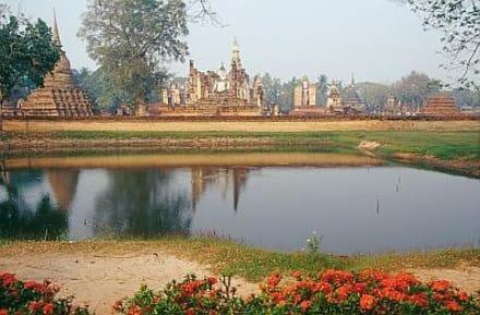 Sukhothai - hinten die Ruinen von Wat Mahathat - Wat Mahathat