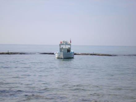 Kleineres Boot neben dem Anleger der Calypso - Bootstour Calypso Colakli