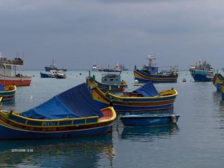 Luzzus- farbenfrohe maltesische Boote - Hafen Marsaxlokk