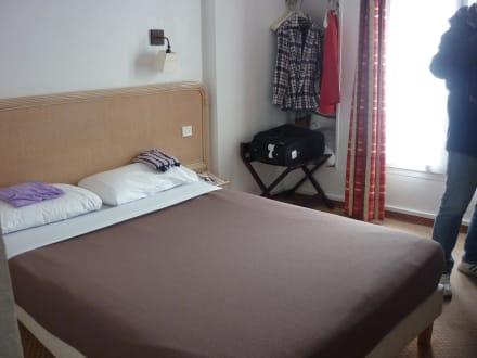franz sisches bett bild hotel l 39 orchidee in paris gro raum paris frankreich. Black Bedroom Furniture Sets. Home Design Ideas