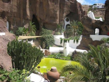 Teich neben dem Restaurant in Omars Garten - LagOmar Omar Sharif