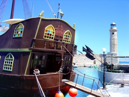 Piratenausflugsschiff und venez. Leuchtturm - Altstadt Rethymno