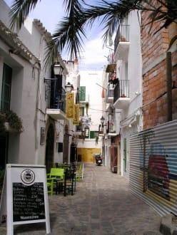 Enge Gasse mit gemütlichen Restaurant - Altstadt Dalt Vila Ibiza