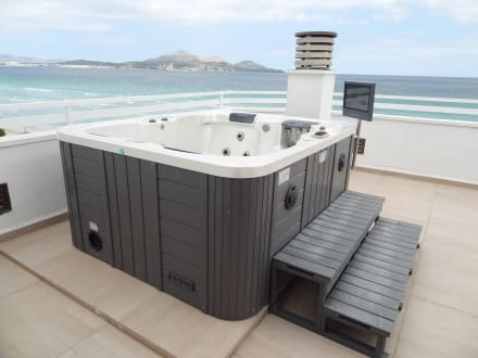 bild balkon royalsuite whirlpool zu playa esperanza suites in platja de muro playa de muro. Black Bedroom Furniture Sets. Home Design Ideas