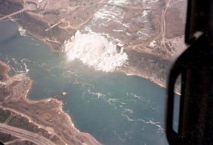 Flug mit Helikopter über die Wasserfälle - Niagarafälle / American Falls