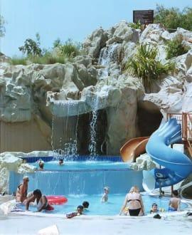 Pool mit Rutsche - Hotel Metropolitan Resort & Beach Club