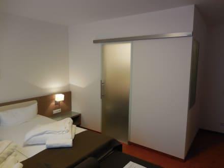 glasschiebet r vom bad bild hotelanlage starick in l bbenau brandenburg deutschland. Black Bedroom Furniture Sets. Home Design Ideas