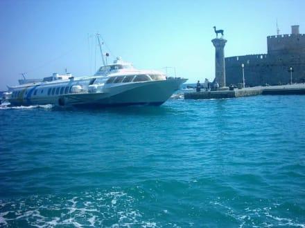 Einfahrt in den Mandraki Hafen - Yachthafen Mandraki