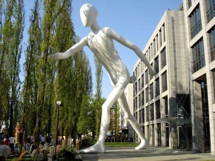 Der Walking Man in Schwabing - Walking Man