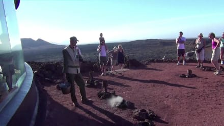 Demonstration des heißen Bodens - Nationalpark Timanfaya (Feuerberge)
