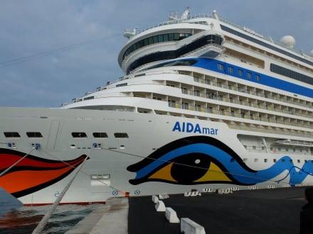 aanzicht schip AIDA Kussmund schuin van voor