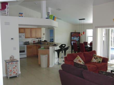 wohnbereich ess ecke und offene k che bild villa april in cape coral florida usa. Black Bedroom Furniture Sets. Home Design Ideas