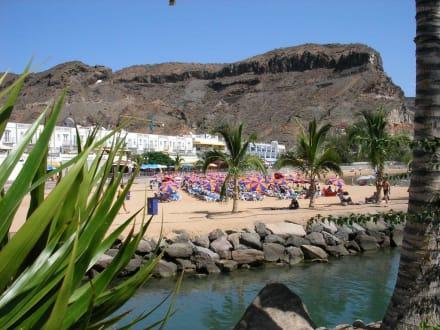 Strand vom Hafen aus - Strand Puerto de Mogán