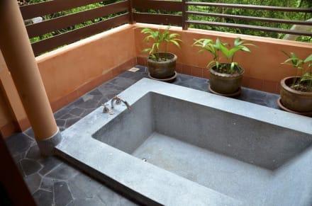 jacuzzi aussen hotelbilder outrigger phi phi island. Black Bedroom Furniture Sets. Home Design Ideas