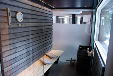 privatsauna im baumhaus blick in den wald bild caravan. Black Bedroom Furniture Sets. Home Design Ideas