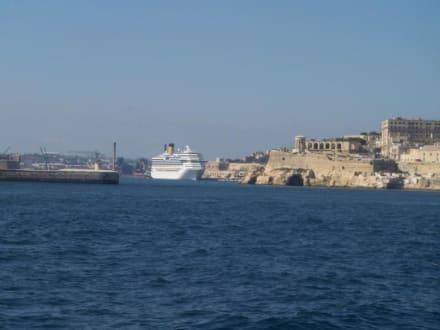 Kreuzfahrtschiff im Grand Harbour vor Valletta - Captain Morgan Cruises