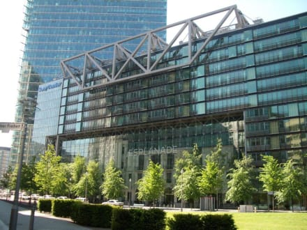 Sony-Center von Außen - Sony Center