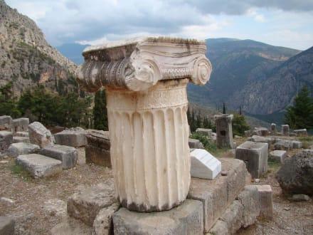 Sehenswerte Überreste eines Tempels - Tempelanlage des Orakels von Delphi