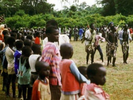 Stockkämpfe in einem Dorf in Senegal - Stadtrundgang Saly