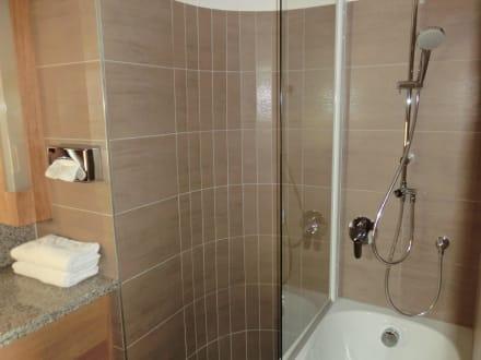 bad dusche in badewanne integriert bild seehotel rust. Black Bedroom Furniture Sets. Home Design Ideas