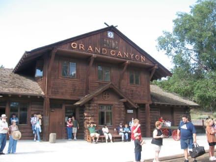 Bahnhof am Grand Canyon - Dampflok an den Canyon