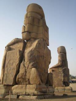 Die Memnon Kollosse von hinten - Kolosse von Memnon
