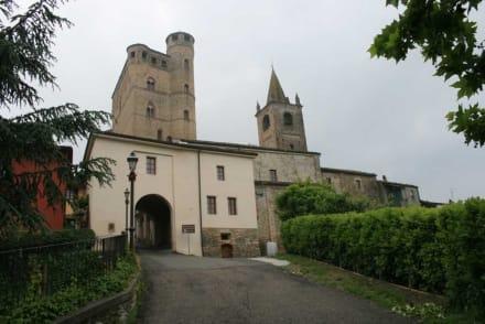Stadttor und Burg in Serralunga d'Alba - Burg in Serralunga d'Alba