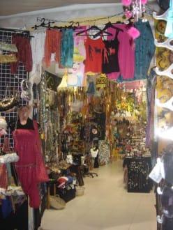 Tausend Klamotten am Hippiemarkt - Hippiemarkt Las Dalias