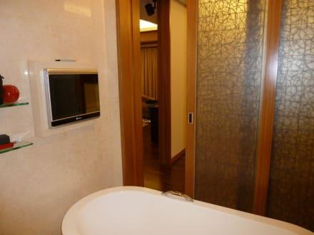 badezimmer mit fernseher bild hotel intercontinental asiana saigon in ho chi minh stadt saigon. Black Bedroom Furniture Sets. Home Design Ideas