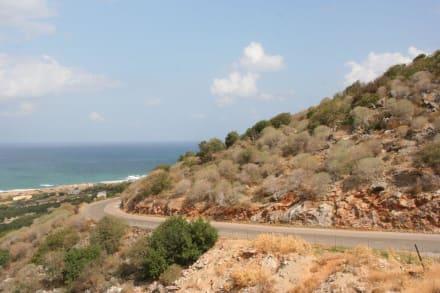 Serpentinen Straße in den Bergen, hoch zur Höhle - Milatos-Höhle