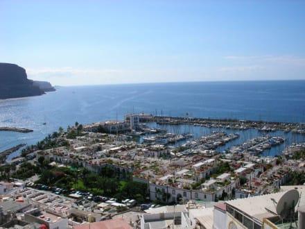 Blick vom Mirador bis auf den Hafen - Hafen Puerto de Mogán