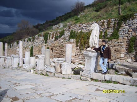 Neben dem Herakles Tor! - Antikes Ephesus