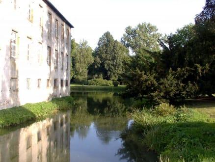 Schloß spiegelt sich im Wassergraben - Schloß Hünnefeld