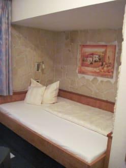 wandbett unterm dach bild hotel deutsches haus in braunschweig niedersachsen deutschland. Black Bedroom Furniture Sets. Home Design Ideas
