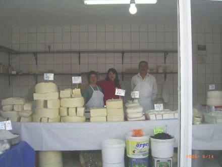 Käse in Hülle und Fülle - Wochenmarkt in Söke