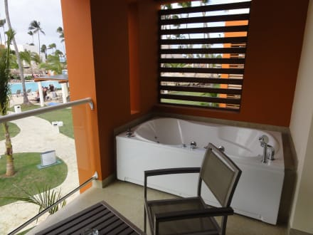 jacuzzi am balkon bild breathless punta cana resort spa in uvero alto dominikanische. Black Bedroom Furniture Sets. Home Design Ideas