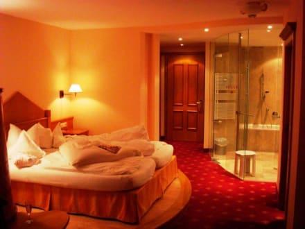 feng shui rot zimmer 283 bett eingang bad bild wellnesshotel wartherhof in warth. Black Bedroom Furniture Sets. Home Design Ideas