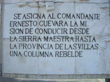 Gedenk- Inschrift am Che Memorial - Mausoleum und Gedenkstätte Che Guevara