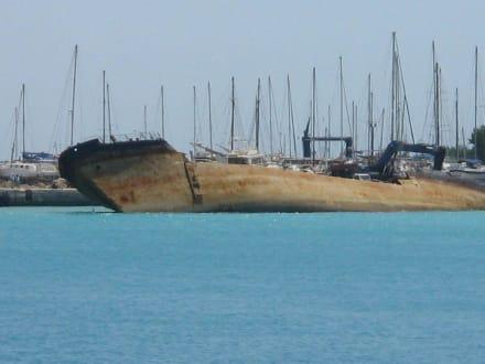 Altes verrostetes Schiff - Hafen Rhodos