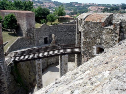 Wehrgänge und tiefe Gräben - Château Royal de Collioure