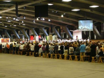 Messe in der unterirdischen Kirche - Der Heilige Bezirk