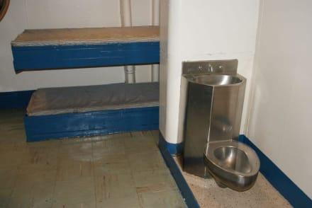 Zelle im Gefängnis - Flugzeugträger USS Midway