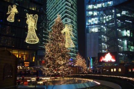 Sony Center mit Weihnachtsdekoration - Sony Center