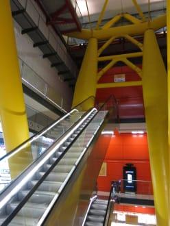 Blick auf die aufwärtsführenden Treppen - Einkaufszentrum Las Arenas