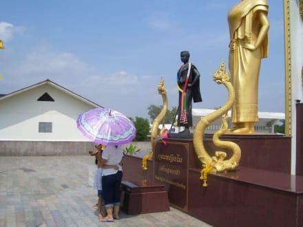 Figur mit Schlange - Tempel
