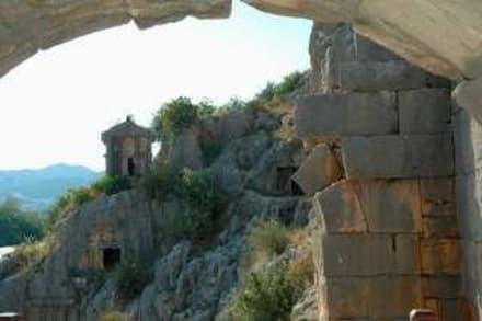 Blick vom Theatereingang zu den Nekropolen,,, - Felsengräber von Myra
