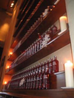 Meterhohes Regal mit Wodka Flaschen - Blauer Adler / Oriental Bar