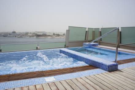 pool aussenbereich whirlpool bild hotel crowne plaza dubai festival city in dubai dubai. Black Bedroom Furniture Sets. Home Design Ideas