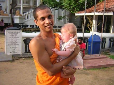 Meine Tochter und der Mönch - Angurukaramulla Tempel